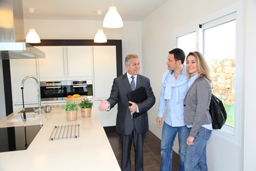 Home-sellers-should-not-be-present-for-a-showing-while-buyers-should-make-sure-to-keep-their-emotions-neutral-_1137_40118984_0_14089409_500